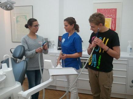 Arbeitsplatzerkundung: Die zahnmedizinische Fachangestellte erklärt die Apparaturen